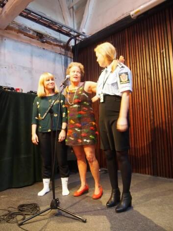 «Motepoliti» Silje Elisabeth Skuland er egentlig forsker,her<br />sammen med kollegaene Ingun Grimstad Klepp, som leder<br />KRUS prosjektet, og Mari Bjerk. Som for anledningen ble<br />«arrestert» pga hvite sokker.