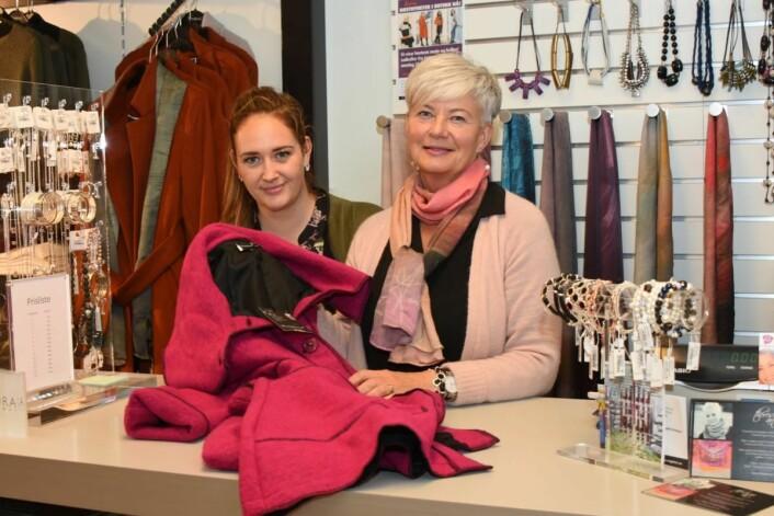 Liten, men god: Mona Esbjørnsen Lierhagen og datteren Ann Kristin driver godt i Brumunddal. (Foto: Svein Sjølie)