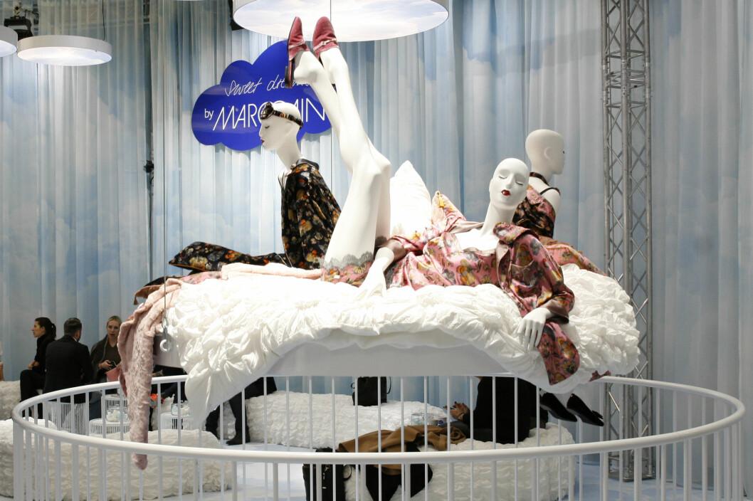 MarcCain hadde en av de mest spektakulære standene med mannekenger plassert i runde senger som hevet og senket seg.