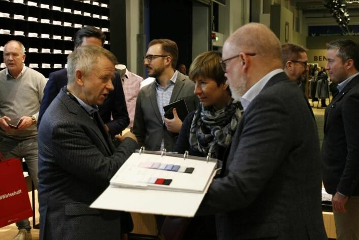Store standermed fulle kolleksjoner gir oss et godt overblikk før innkjøpene, sier Arne Rønning, her på Olymp-standen.