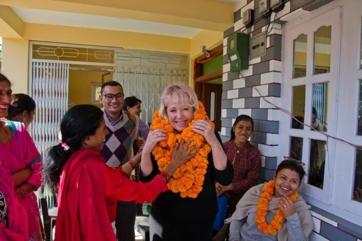 Siv Katralen har et brennende engasjement for barn og kvinner i Nepal og får en strålendemottakelse når hun kommer. (Foto: Julian Bound)