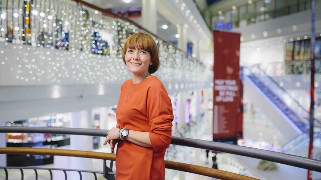 Senterleder Veronica Evertsen tilbyr papirposer til alle butikkene i kjøpesenteret Nerstranda. Foto: Marius Fiskum