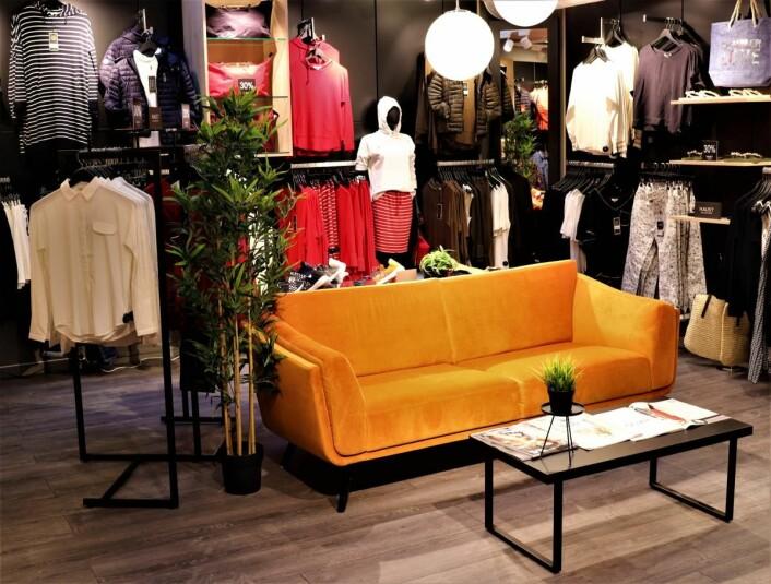 Den sporty delen av kolleksjonen og en lounge foran prøverommene lengst inn i butikken.