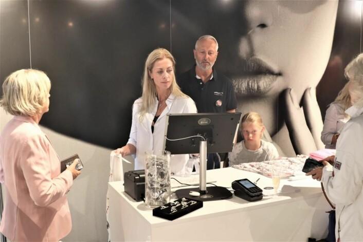 Hele familien i arbeid. Tom Rønning sammen med kona Louise, som arbieder i Dressingroom, og datteren Julie, som hjalp til under åpningen