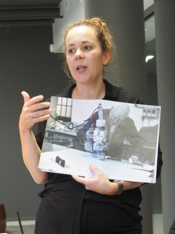 Anita Godell med bidle av bestefaren som kutter materialer for hånd
