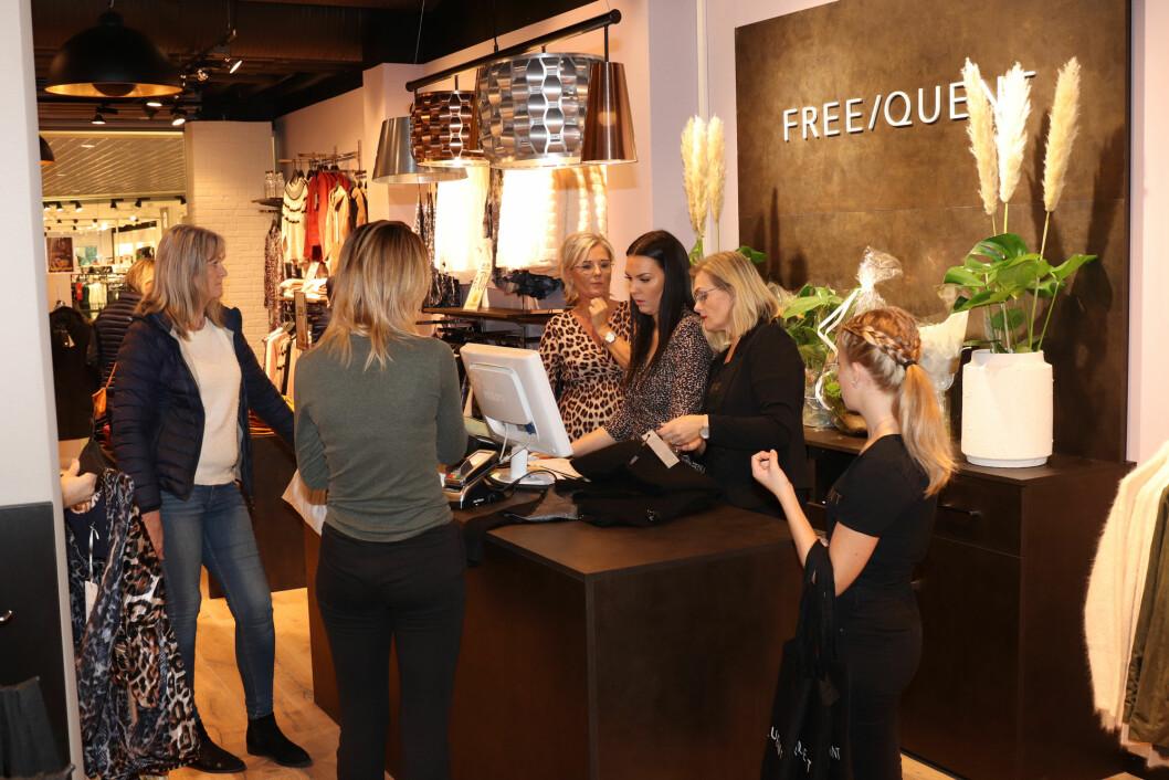 Kø ve dkassa og inn tilprøverommene da Freequent åpnet ny butikk i Sandens i Kristiansand.