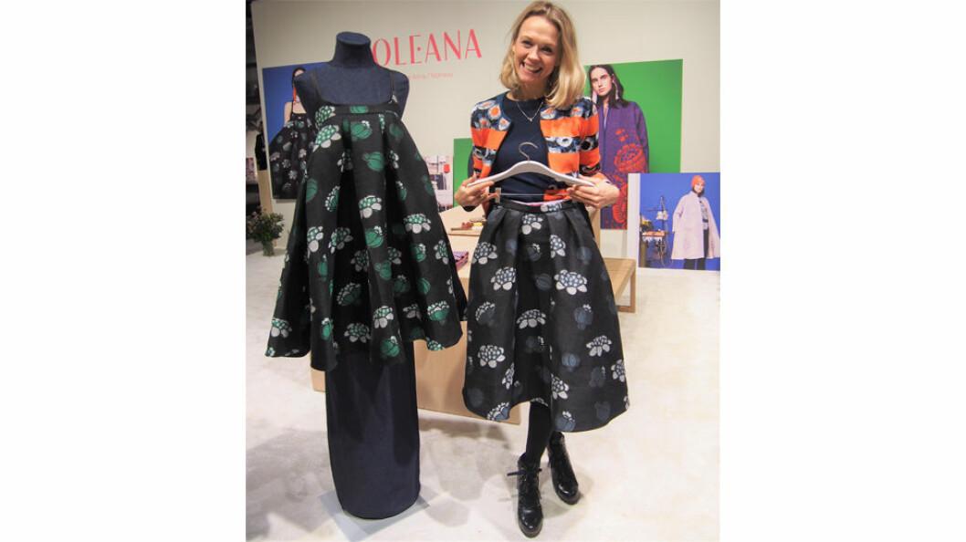 Gerda Sørhus Fuglerud, som sammen med ektemannen har overtatt Oleana, viser stolt fram det nye stoffet som Krivi Vev har levert til neste kolleksjon, i ull og lin.