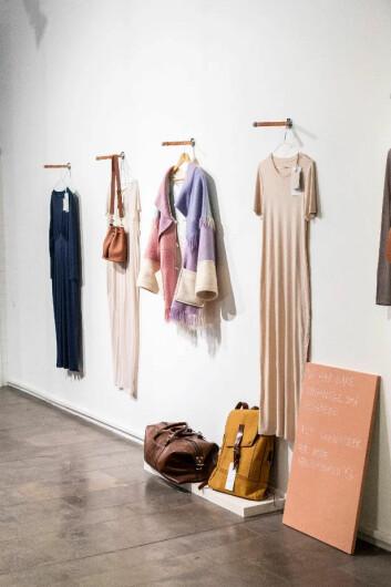 Kjoler fra AW:AN, teppekåpe fra Maja Stabel, vesker fra Bush Princess og herresekk og travelbag fra Studio 19/44. Foto: Alexander Thorsen.