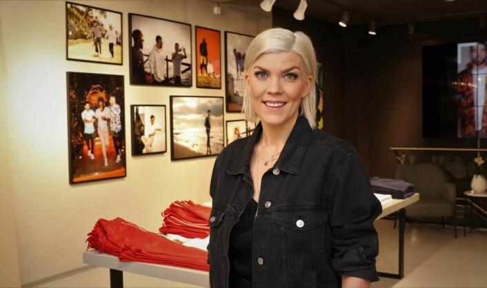 Gunn Heidi Lilleengen foran bildeserien av M Collective