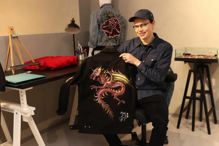 Erik Bergan dekorerer klær i butikken