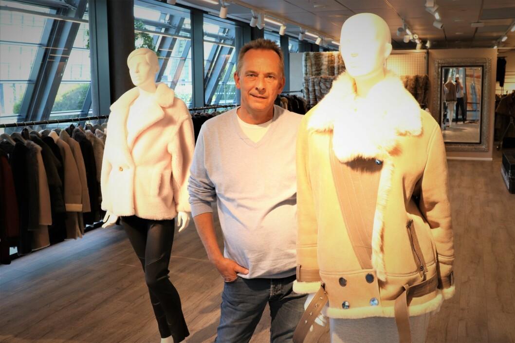 Morten Møller med noen av jakkemodellene i showrommet på Fornebu.