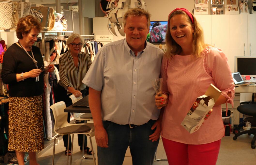 Annonsesjef i Tekstilforum, Rolf Goplen, hadd emed seg en overraskelse til flinkeste jenta i klassen, Jannicke Skoldhammer-Jansen.