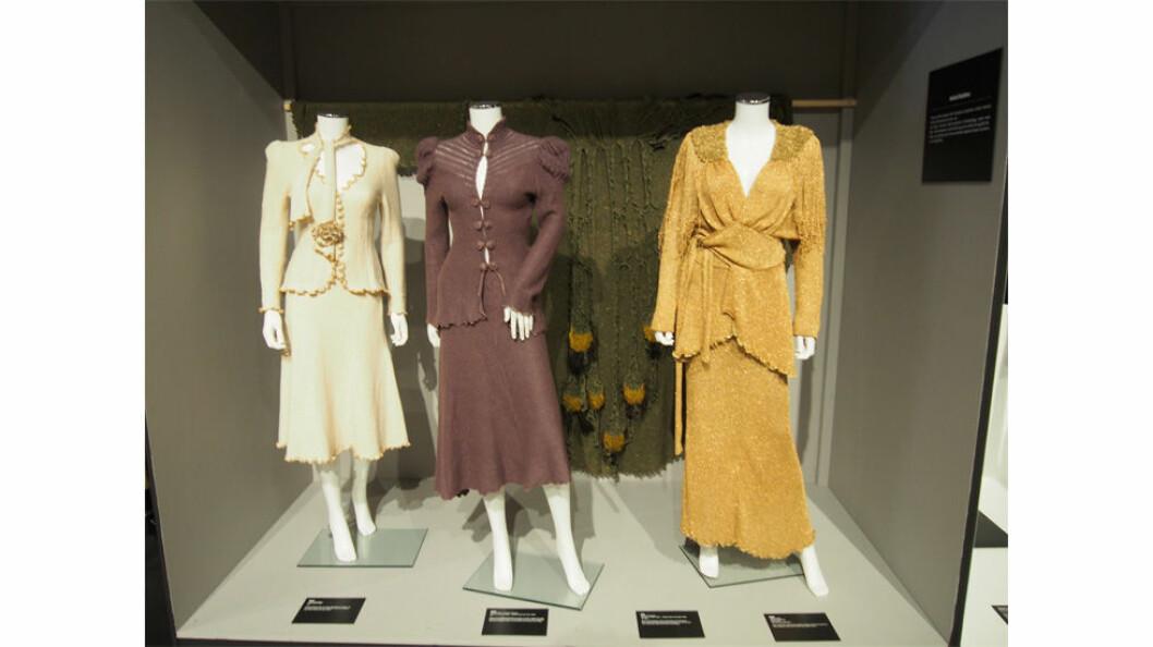 Det som først og fremst slår deg på denne utstillingen, er de utsøkte detaljene og draperingene i disse couture og prêt-à-porter plaggene.