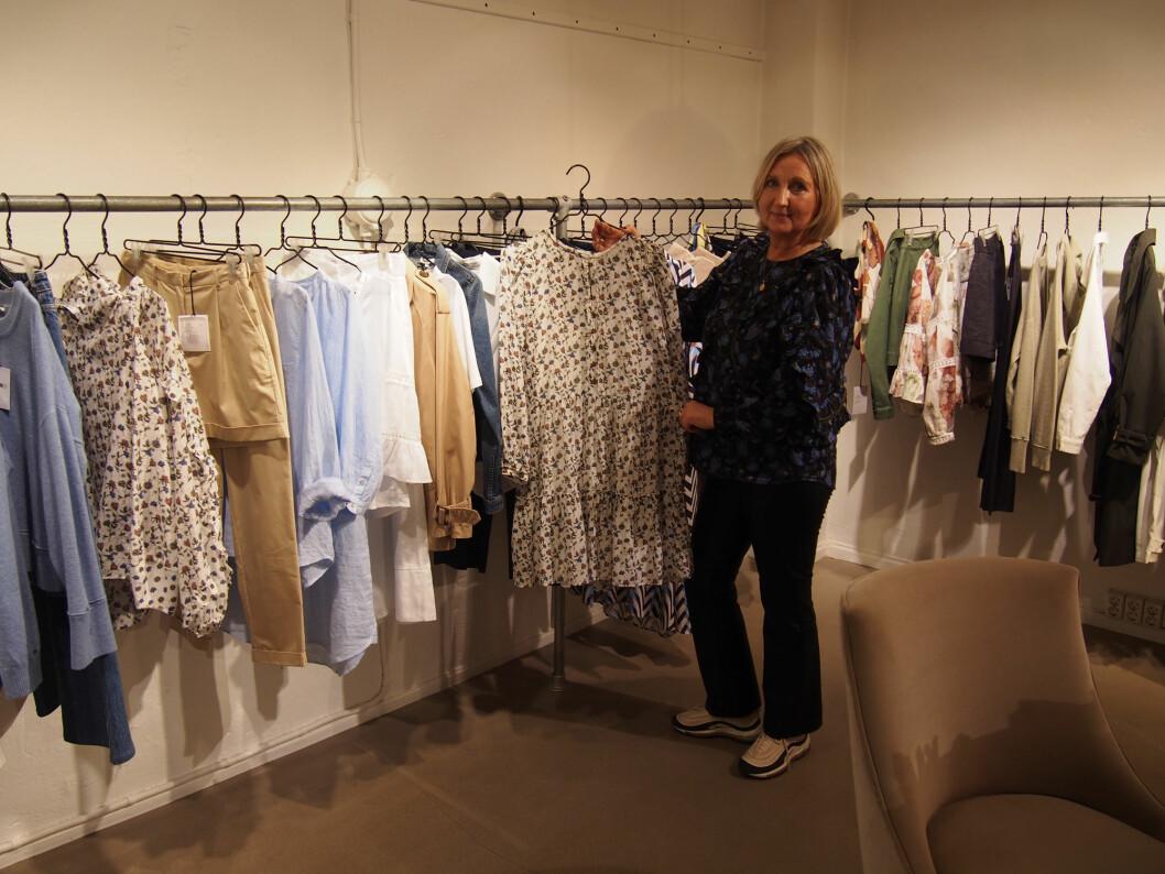Mette Katrine Kaldhussæter viser fram vårens og sommerens kolleksjon i showrommet sitt, her er det håndmalt artisteri.