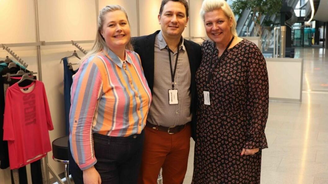 Antonis Keremloglou sammen med Bente Berge (t.h.) og Christine Tellefsen på satnden i Norwegian Fashion Center. Foto: Ove Hansrud