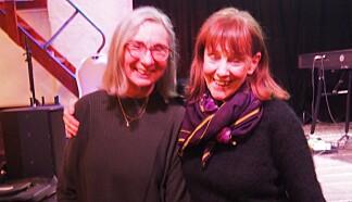 Eva Lie (t.v.) og Grete Stubb fra Tyrihans har et tett samarbeid om stoffene i Jubileumsdrakten.