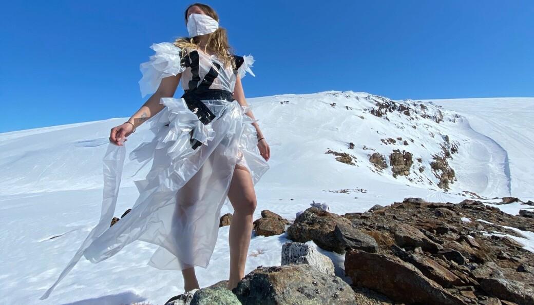 Rebeca med kjolen hun spontanproduserte og viste på Fonna