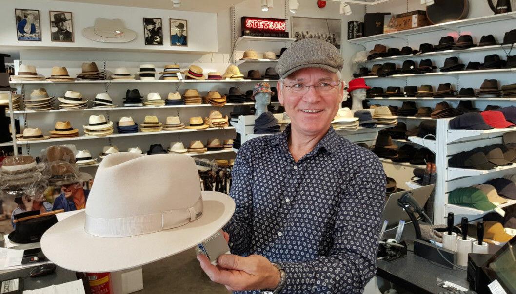 Cato Waage iført en klassisk sixpence, samtidig som han holder fram en like klassisk Stetson-hatt.