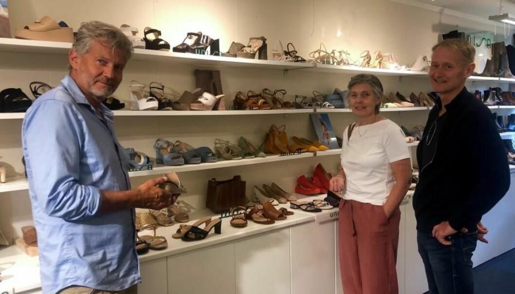 Strømme klær og sko fra Sykkylven var blant de første kundene på Sko & veskemessen OSLO. De startet hos Rune Lauritsen, Unisa, der de fikk en rask gjennomgang av trendene for vår og sommer 2021.