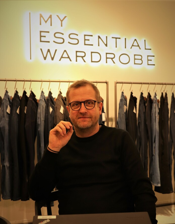 Jan S. Jensen foran den nye logoen