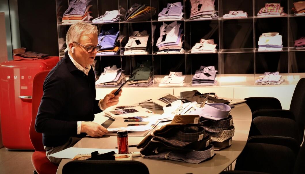 En annerledes innkjøpsuke for Morten Engeflaen. Stolene i showrommet står tomme, men salget går digitalt.
