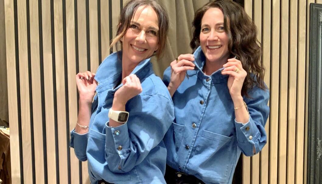 Rakel Korsgården (t.h.) og Mette Kjersgaard Nielsen taper fast mobiltelefonen med gaffateip og stiller opp som modeller på bilder og filmer.