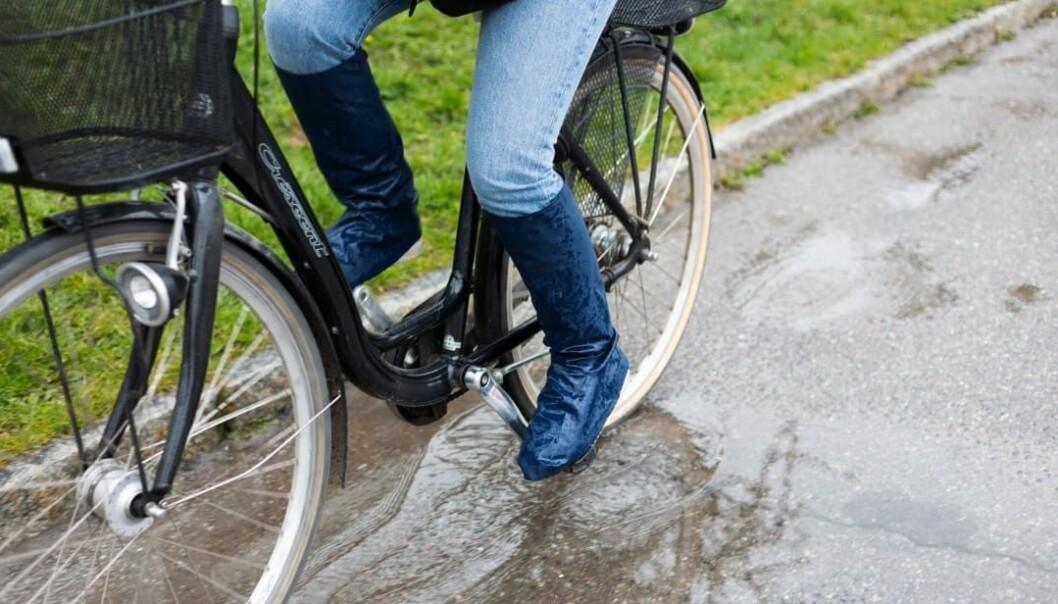 Regntrekket festes rundt beina med fire sterke borrelåsbånd og holdes på plass med et bånd under skoene.