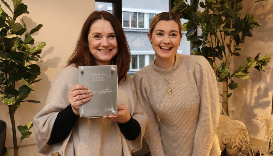 Merete Gripsgård i Capone med plaketten for årets butikk 2020. Her sammen med datteren Annika Alstadsæther, som driver Capones butikk i Bergen.