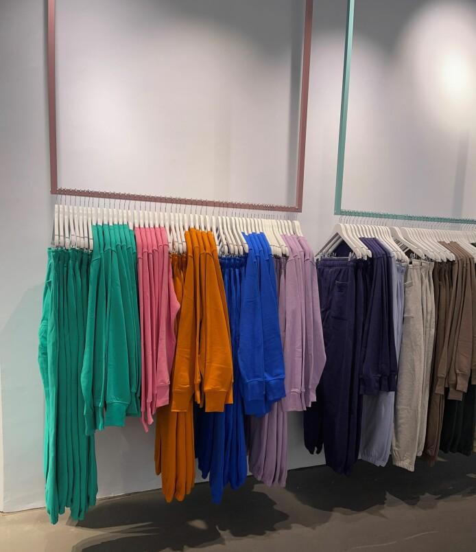 Fargerike klær forsterker fargeopplevelsen hos Melk & Kawa